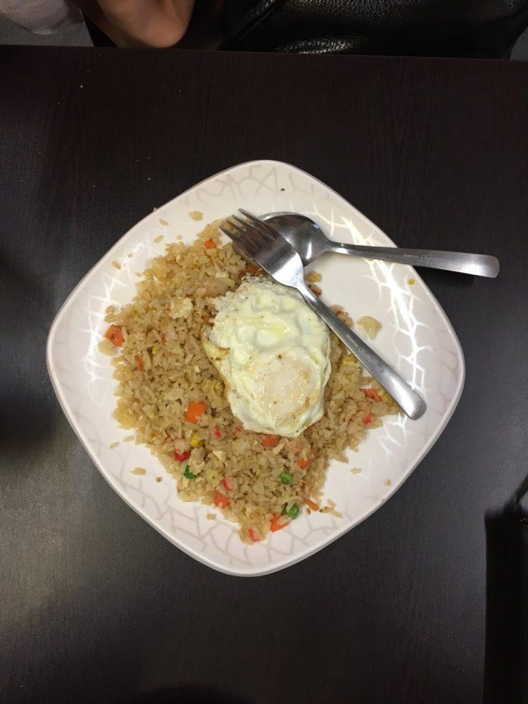 mencoba nasi goreng singapore